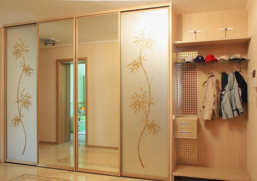 Прихожая с зеркальным шкафом и открытой вешалкой