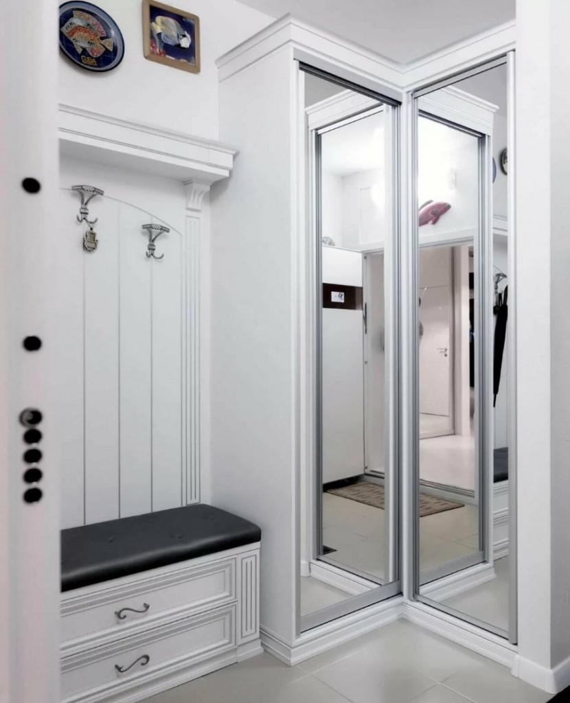 Вешалка около входной двери в квартире