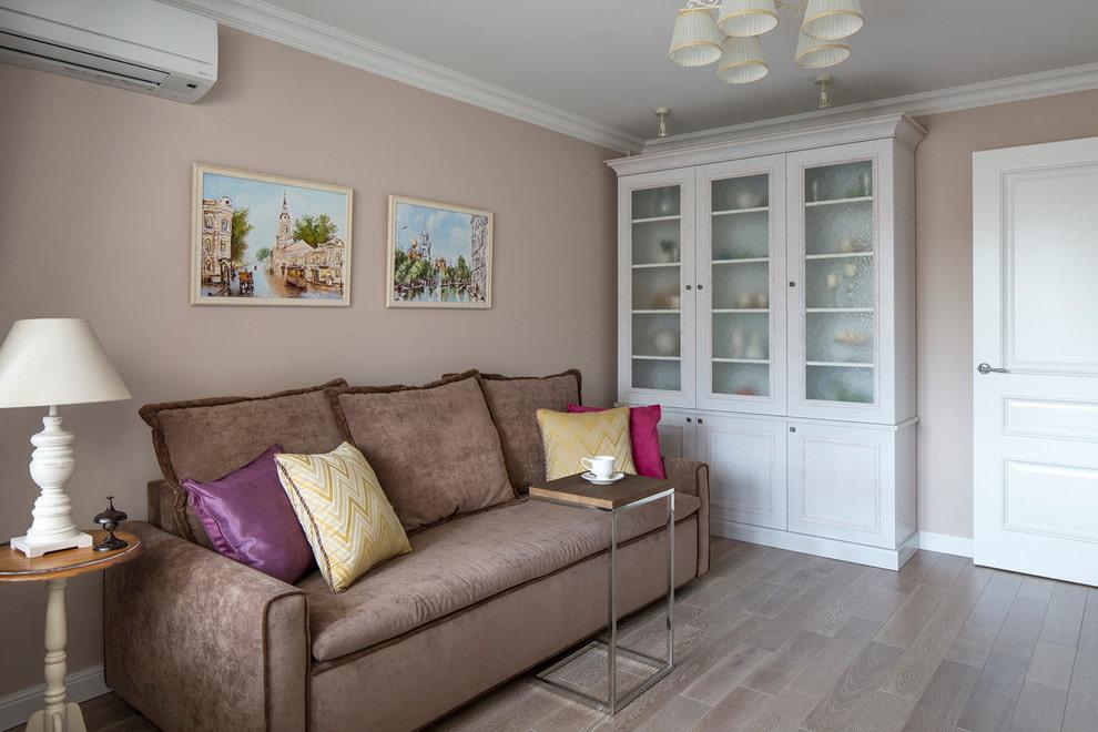 Белая витрина-буфет в современной гостиной