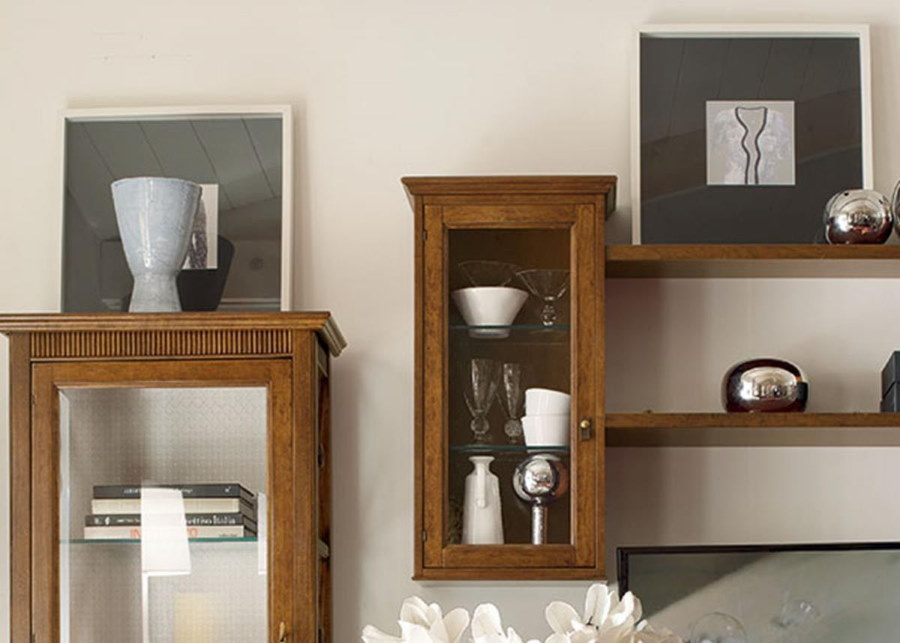 Подвесной шкаф для посуды в гостиной