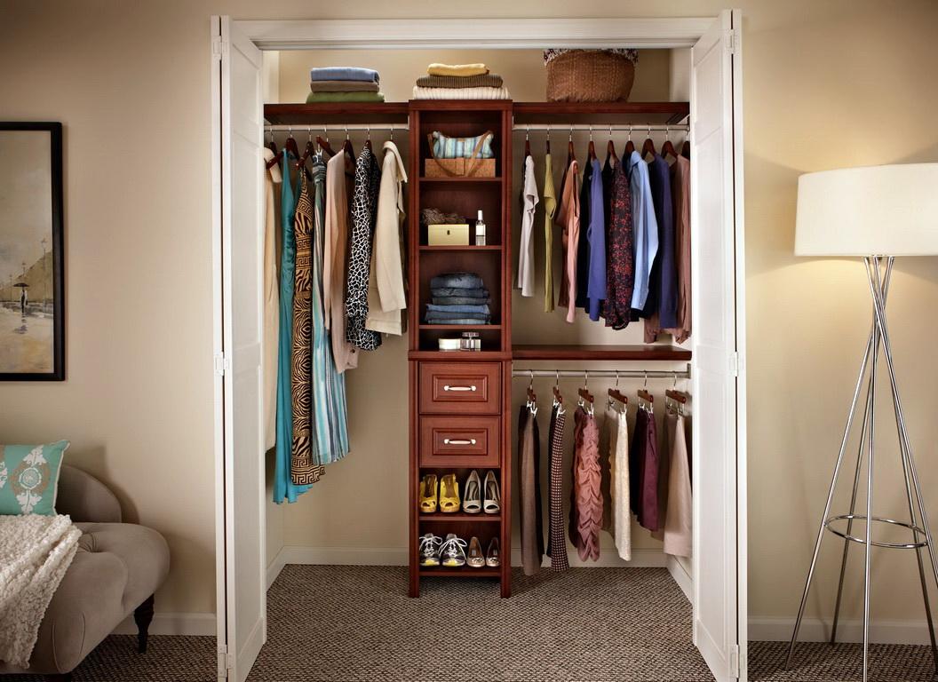 вместительная гардеробная из маленькой кладовки