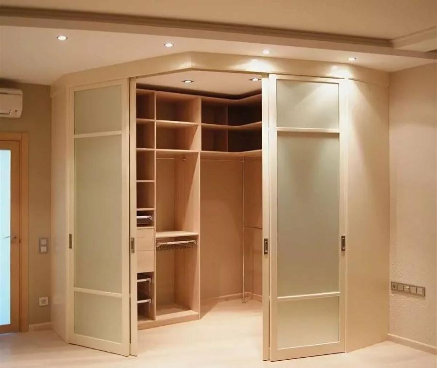 Вместительная гардеробная в углу комнаты
