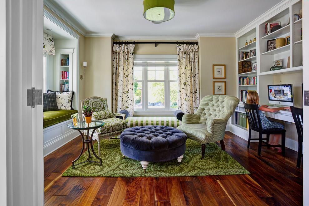 встроенный диван у окна в гостиной