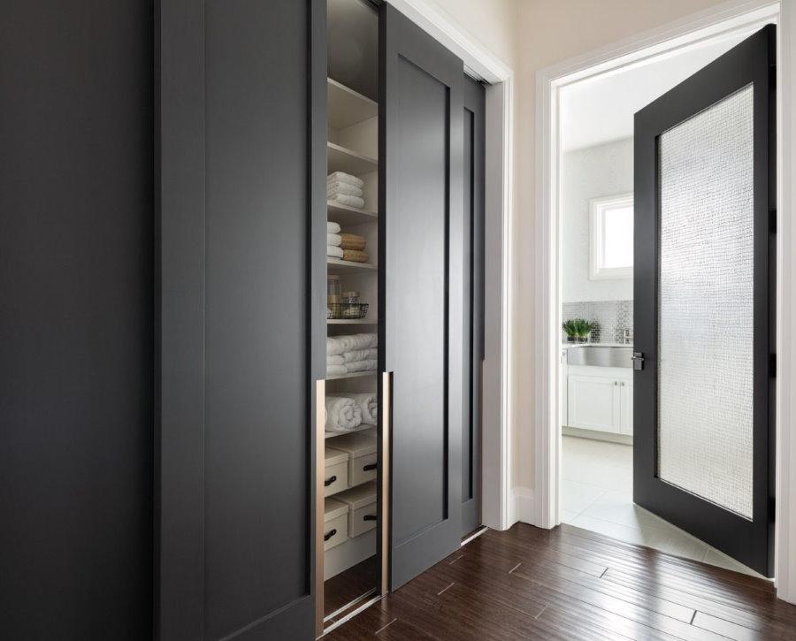Шкаф-купе с серыми дверцами в прихожей комате
