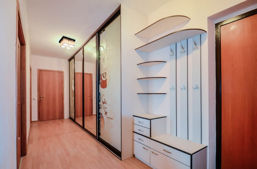 Встроенный шкаф в длинной прихожей