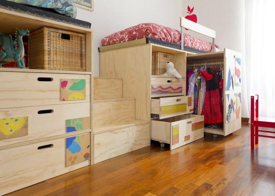 Выдвижной гардероб в детской комнате площадью 15 квадратов