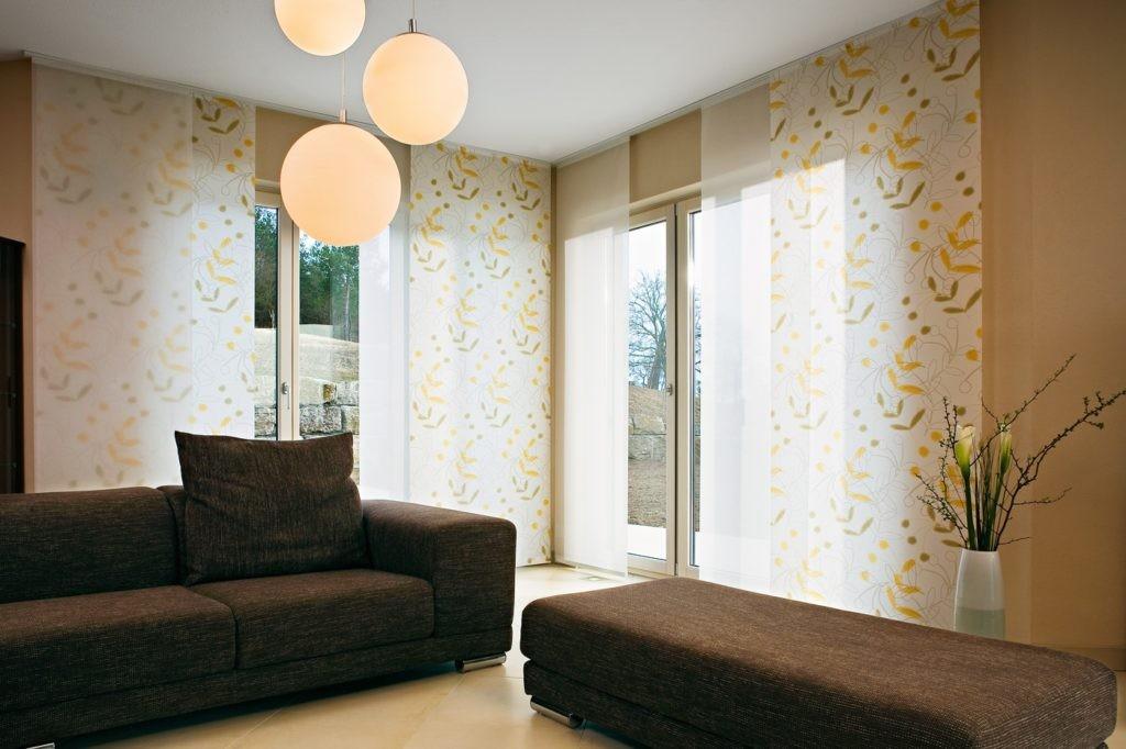 Гостиная комната с японскими шторами светлого тона