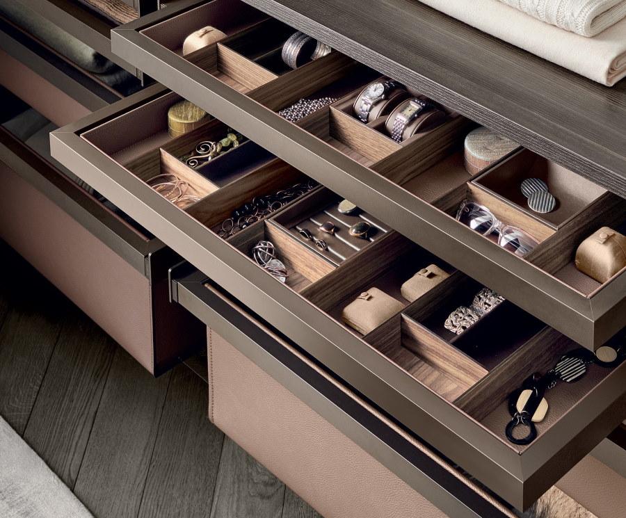 Выдвижные ящики с мелочевкой в шкафу в прихожей