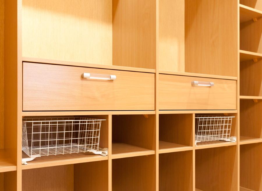 Ящики с ручками внутри шкафа купейного типа