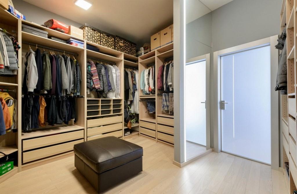 Квадратный пуф посередине гардеробной комнаты