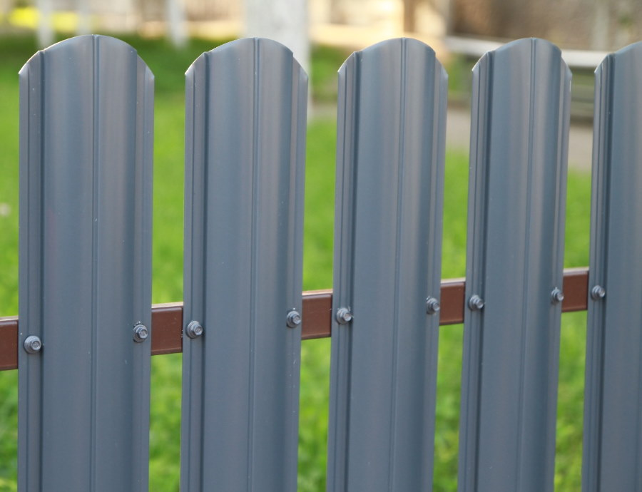 Серый штакетник на металлическом заборе