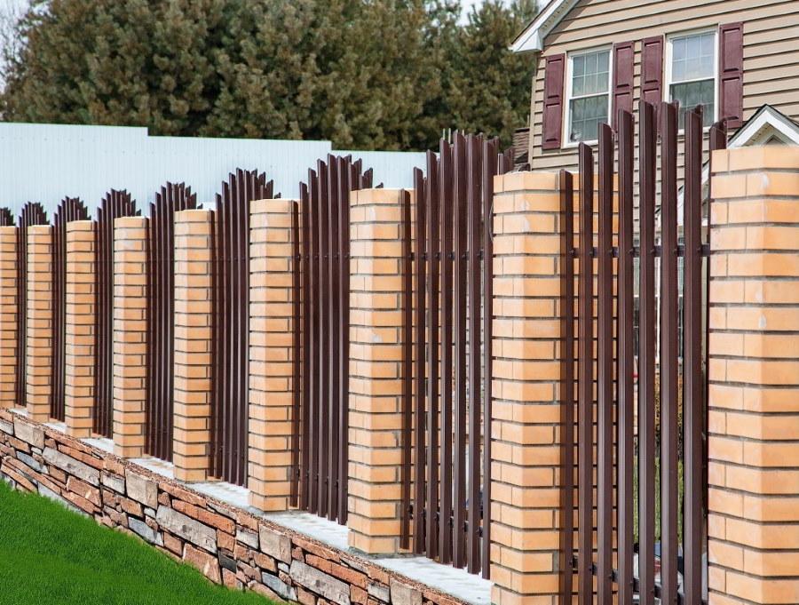 Дачный забор с кирпичными столбами