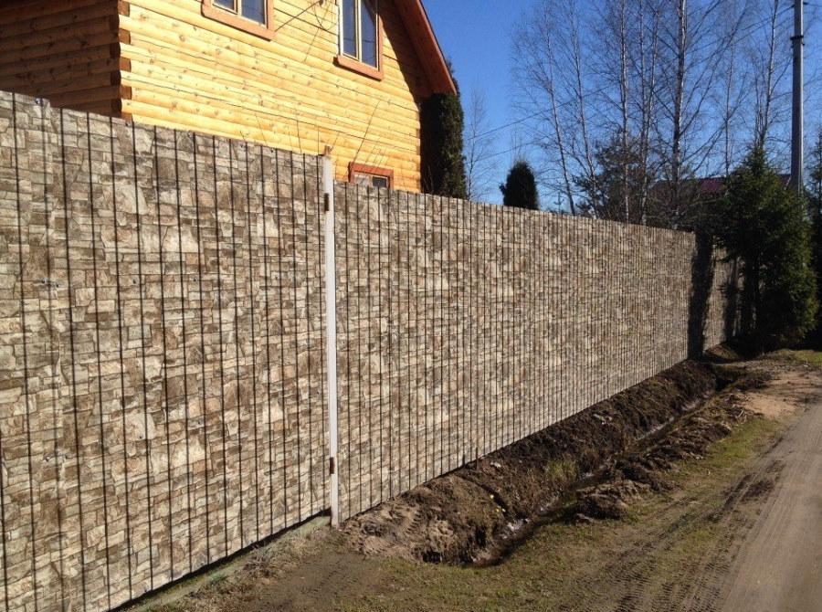 Забор из штакетника с покрытием под натуральный камень