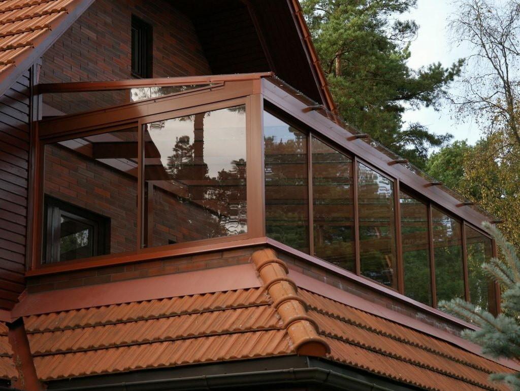 Лоджия со стеклянной крышей в загородном доме