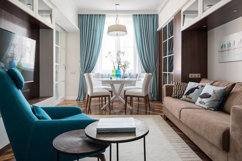 Прямые шторы с подхватами в интерьере гостиной-столовой