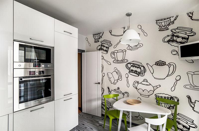 Зеленые стулья в кухне с черными рисунками на обоях