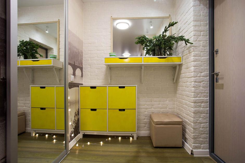Желтая обувница около шкафа-купе в прихожей