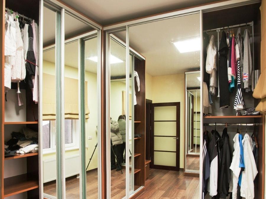 Шкаф-купе с зеркальными дверцами в гардеробной