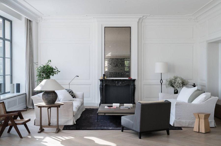 Узкое зеркало над камином в белой гостиной