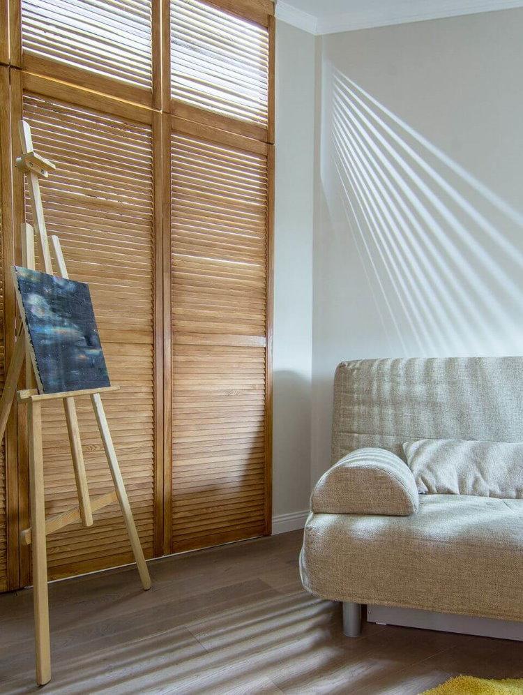 Имитация солнечного света в гостиной комнате без окон
