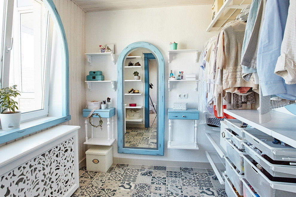Зеркало в деревянной раме в женской гардеробной