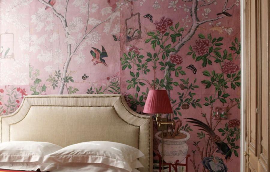 Цветочный принт на акцентных обоях в спальне