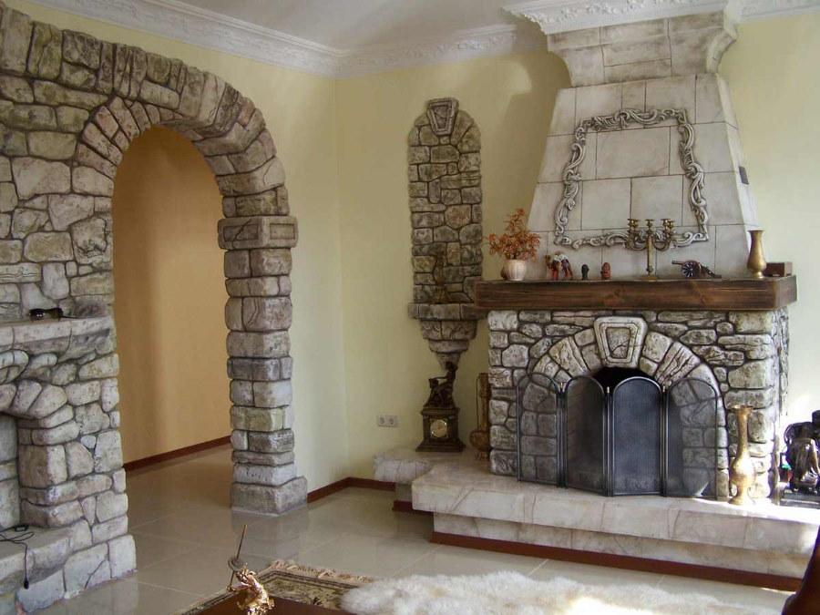 Каменная арка в гостиной с камином