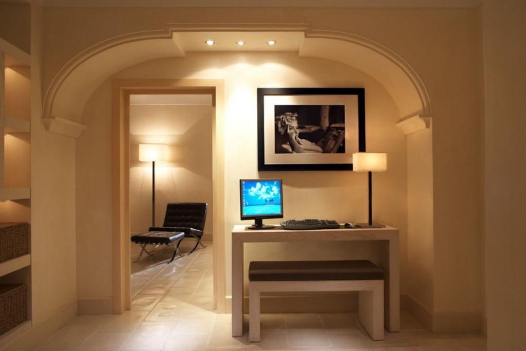 Красивая арка со встроенными точечными светильниками