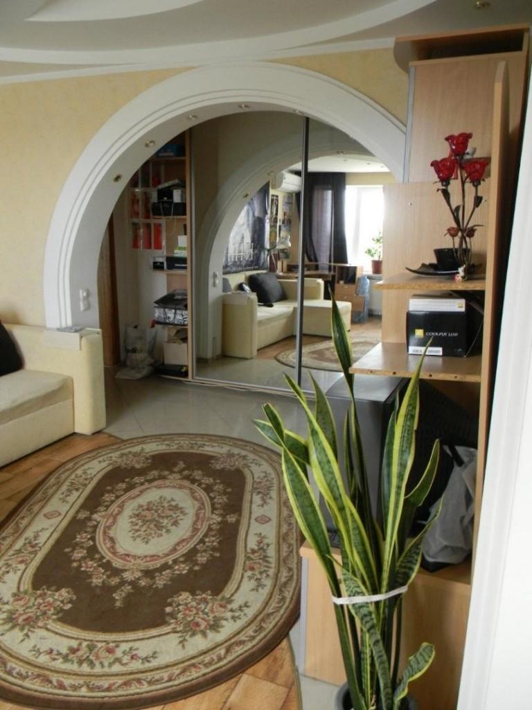 Полуарка гостиной комнате трехкомнатной квартиры