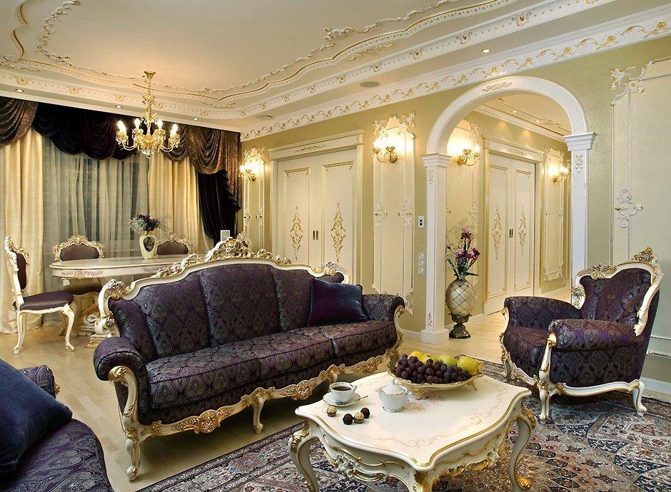 Интерьер гостиной комнаты в стиле барокко с аркой