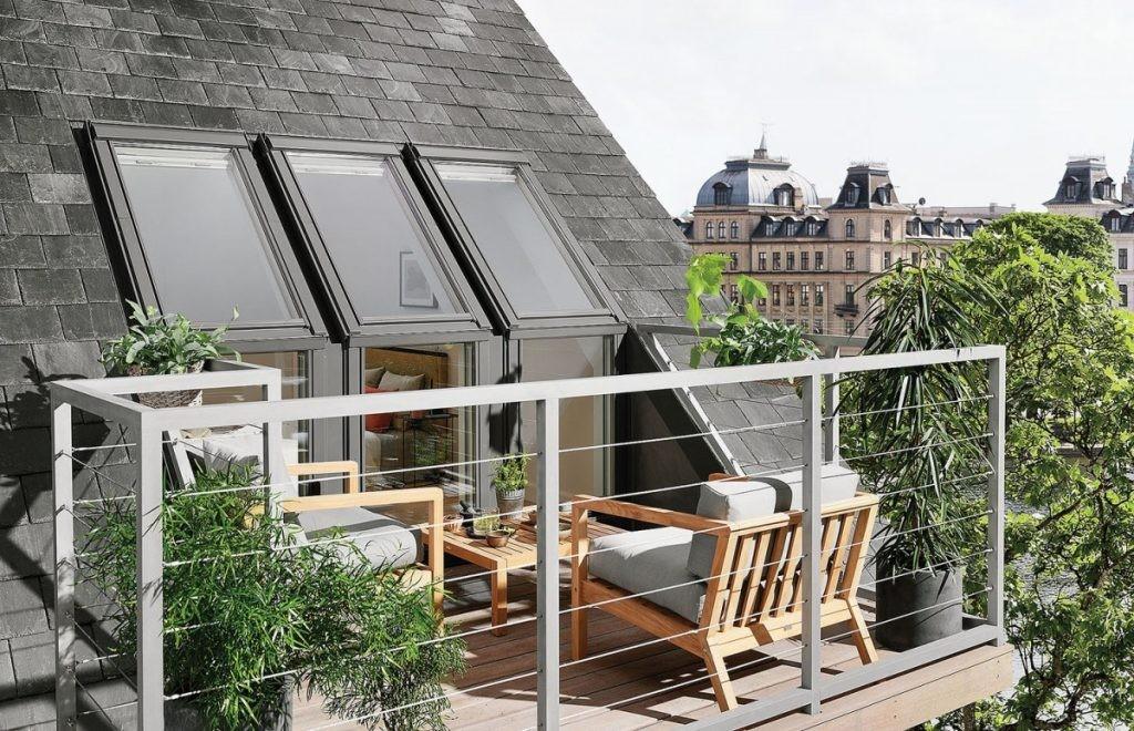 Мансардный балкон на крыше загородного дома