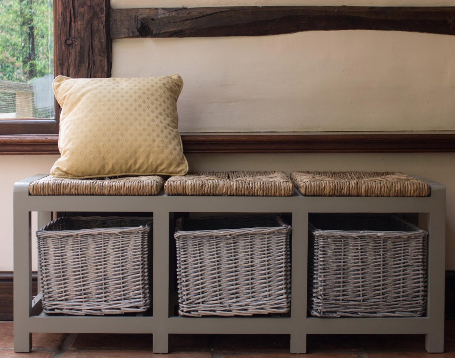 Банкетка для прихожей в деревенском стиле интерьера