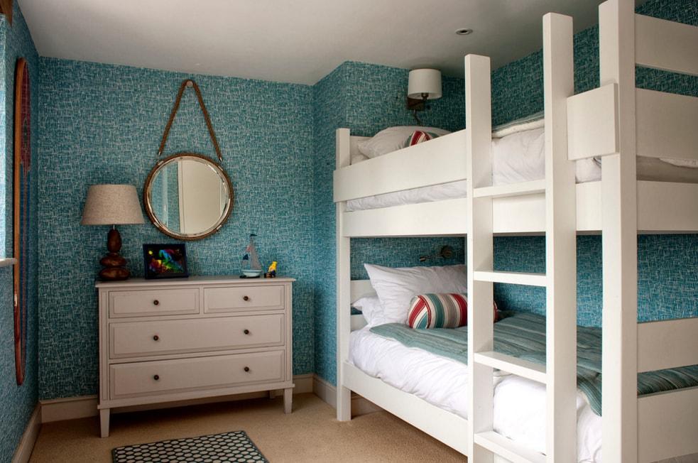 Белая двухъярусная кровать в комнате с низким потолком