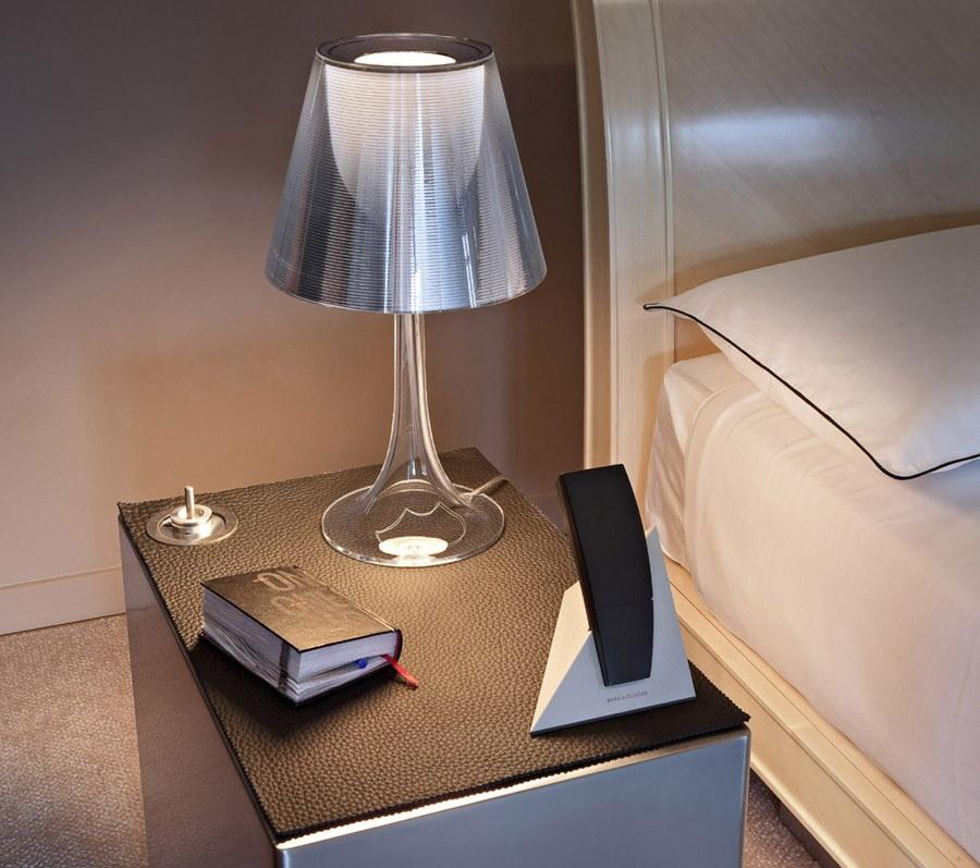 Белая лампа на прикроватной тумбочке