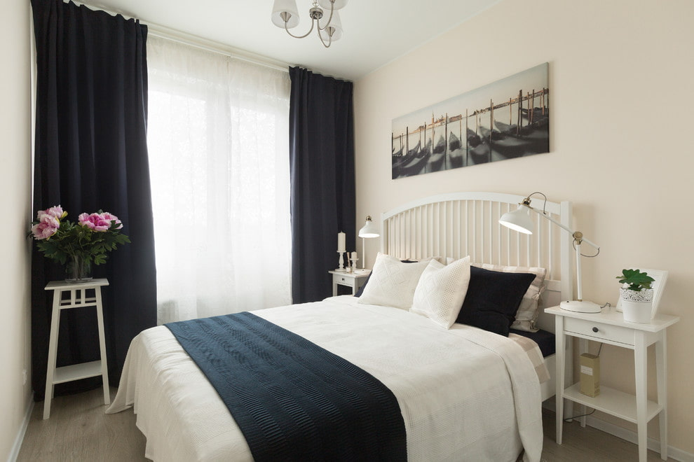 Белая мебель в спальне с черными шторами