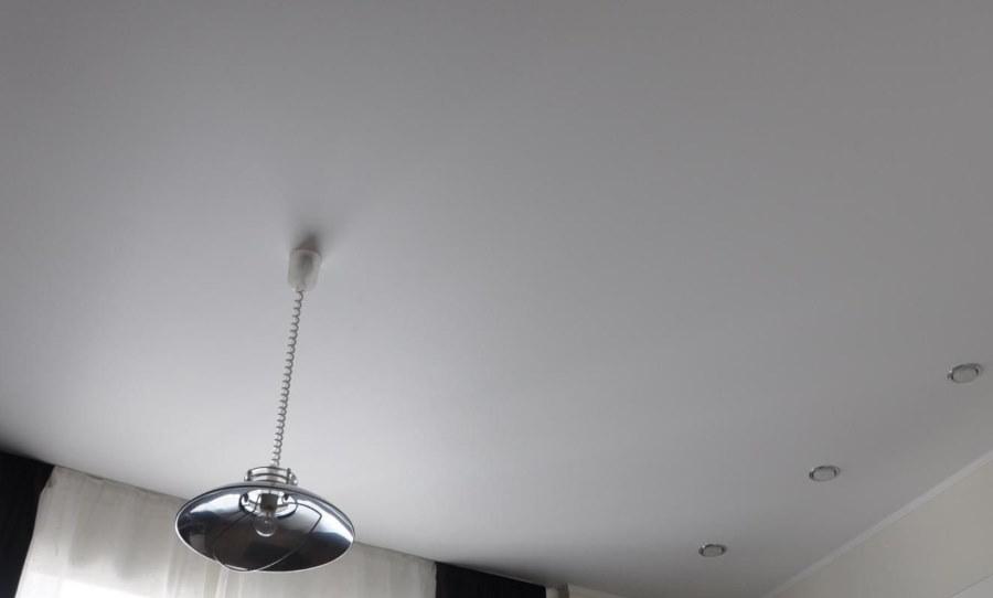 Ровный потолок белого цвета в крошечной комнате