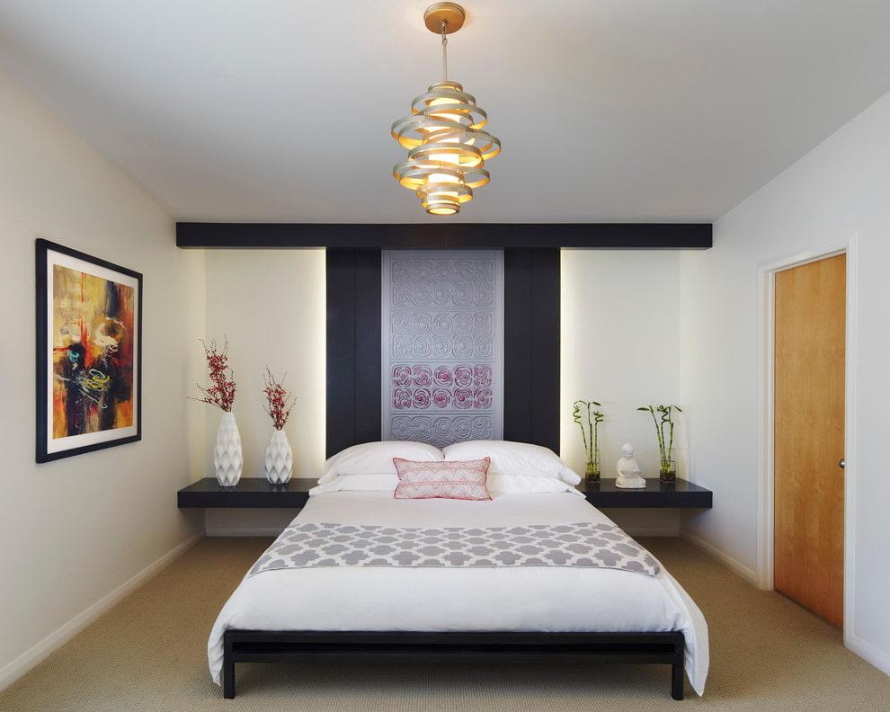 беленый потолок в спальне с низкой кроватью