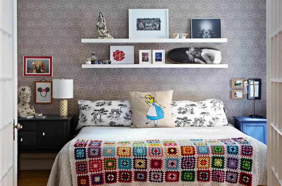 Белые полки в спальной комнате для девочки