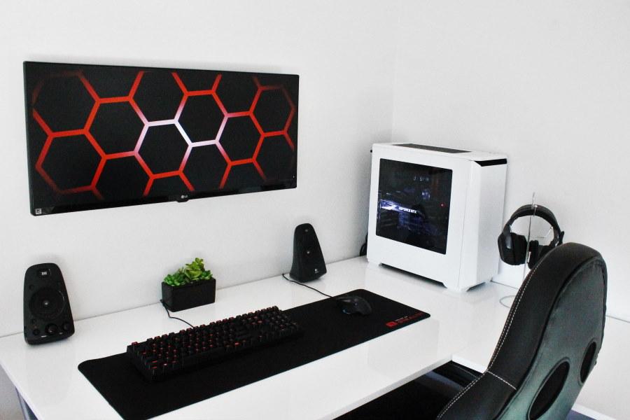 Белый стол геймера в углу комнаты