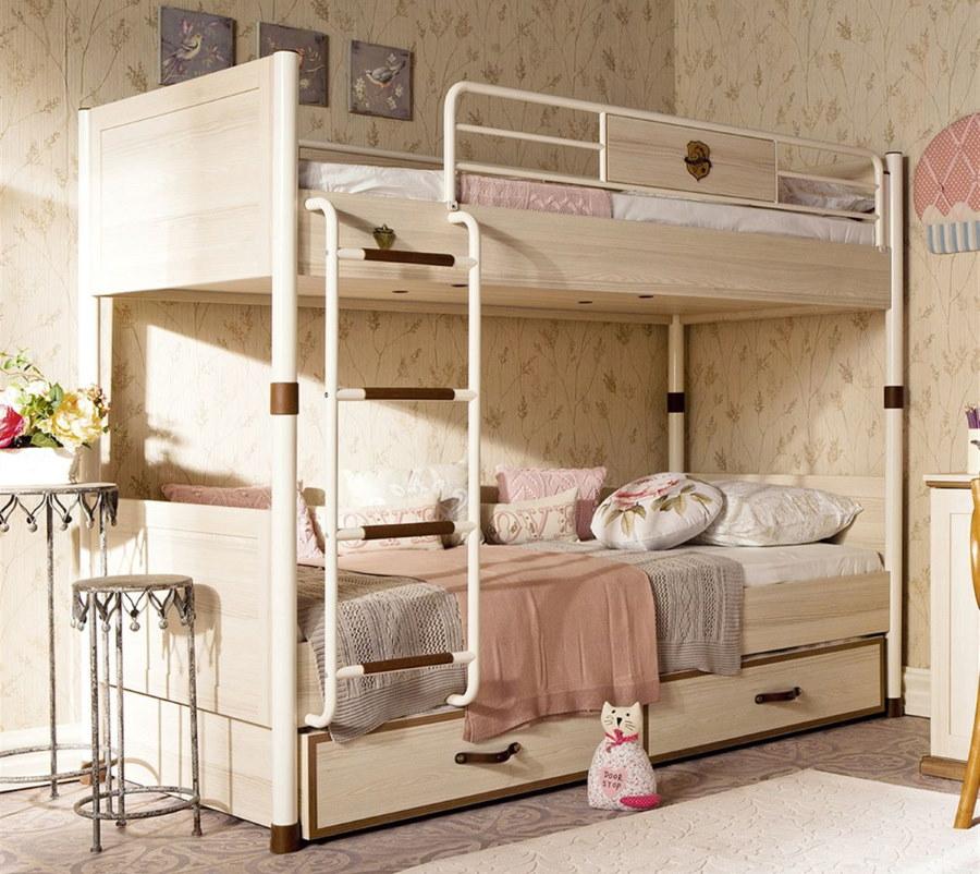 Металлическая двухъярусная кровать в комнате девочек