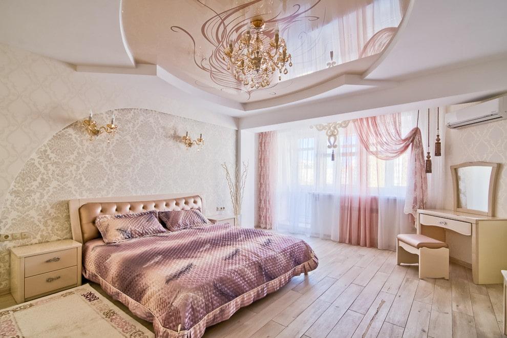 Бежевый потолок в просторной спальне