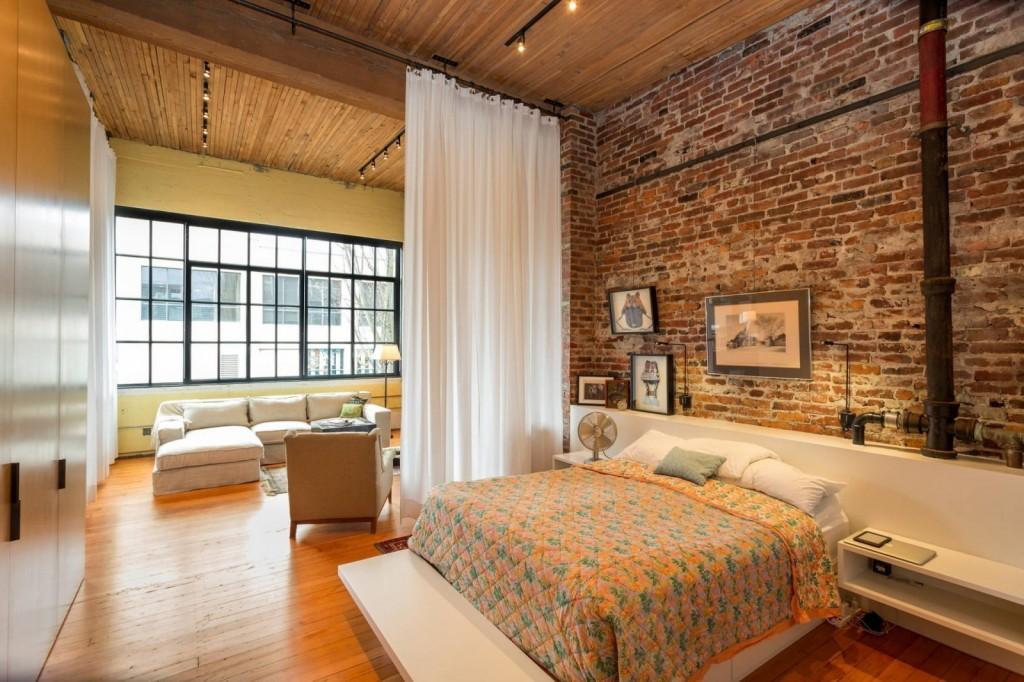Белая штора в спальне-гостиной лофтного стиля