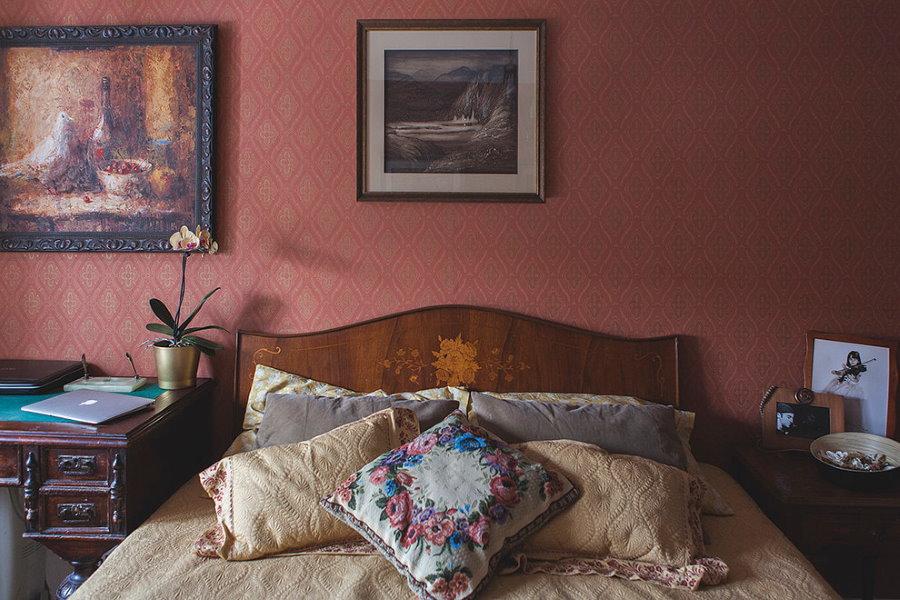 Бордовые обои на стене за спинкой кровати