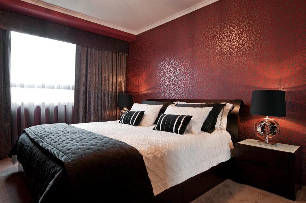 Серые шторы в спальне с бордовыми стенами