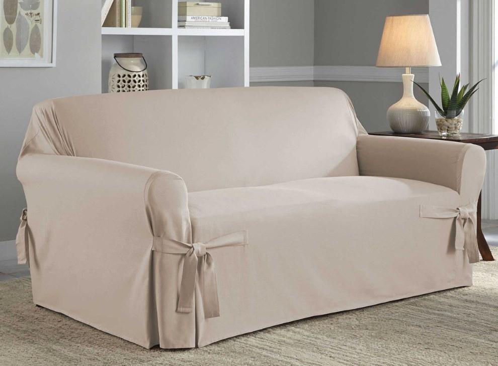 Однотонные чехлы на диване в комнате