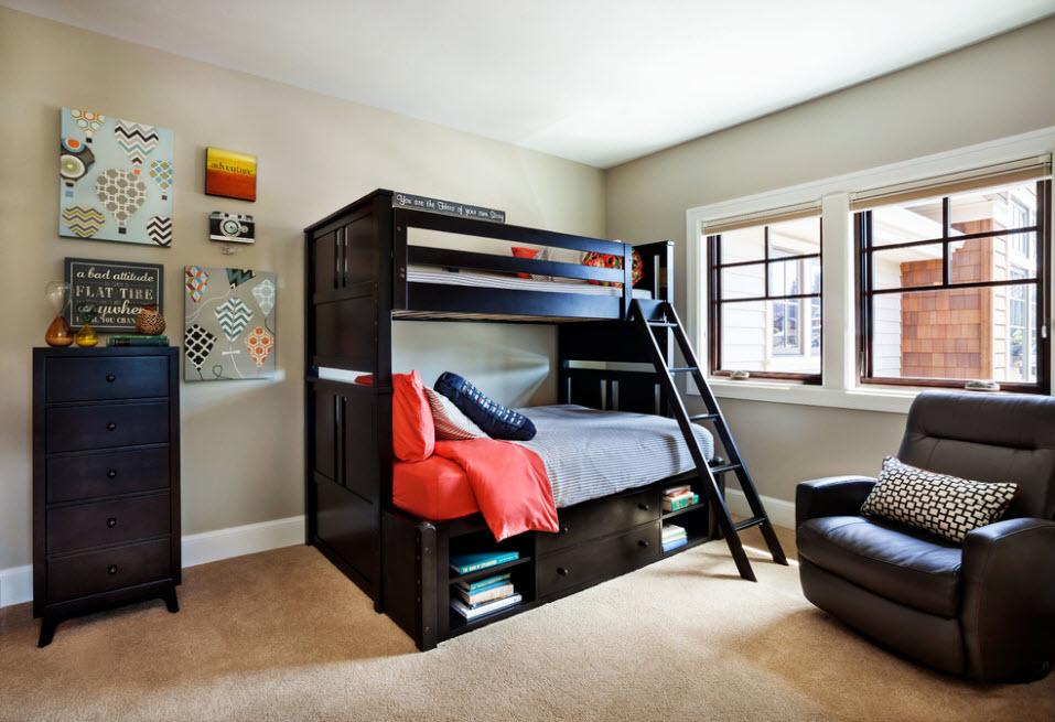 Черная двухъярусная кровать в светлой детской