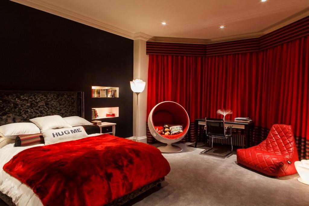 Черно-красное оформление спальной комнаты