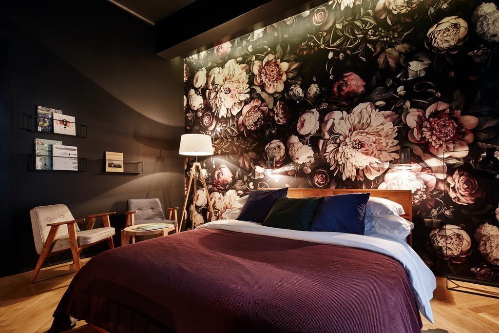 Крупные цветы на обоях в темной спальне