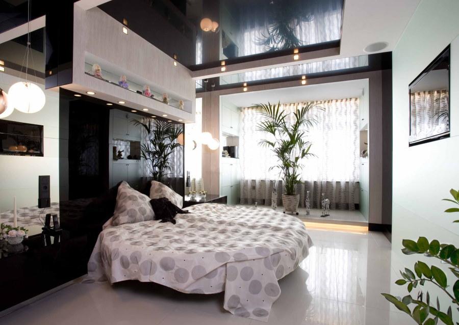 Черный потолок над круглой кроватью