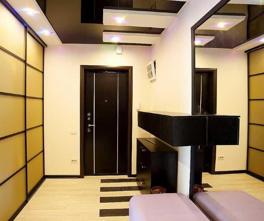 Черно-белый потолок в прихожей прямоугольной формы
